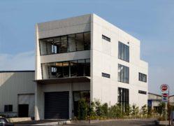 RC打ち放しと傾斜カーテンウォールが印象的な事務所ビル