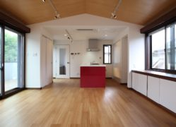傾斜天井と竹製フローリングを持つ住宅