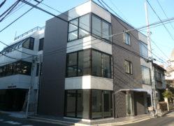 タイルとRC打ち放し、ガラスブロックが印象的な事務所ビル