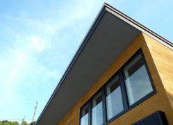 デッキと4mの天井高を持つ千葉富津別荘